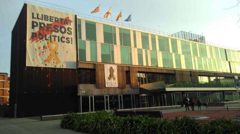 """Enquesta: Creus que l'Ajuntament hauria de retirar la pancarta """"Llibertat presos polítics"""" de la seva façana?"""