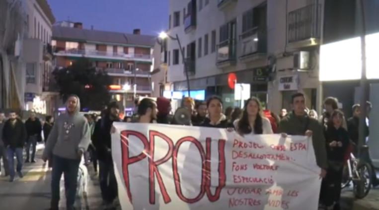 Un centenar de joves es manifesten en suport a la Xesca i en contra de l'especulació immobiliària