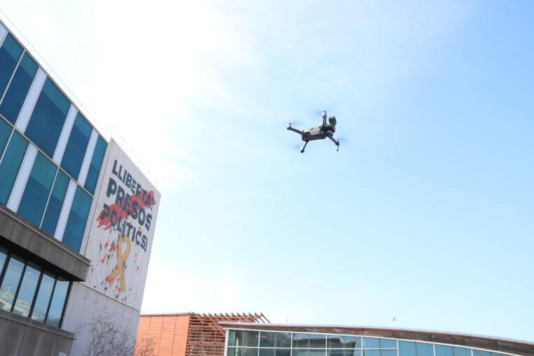 Un dron avisa als santcugatencs que s'han de quedar a casa