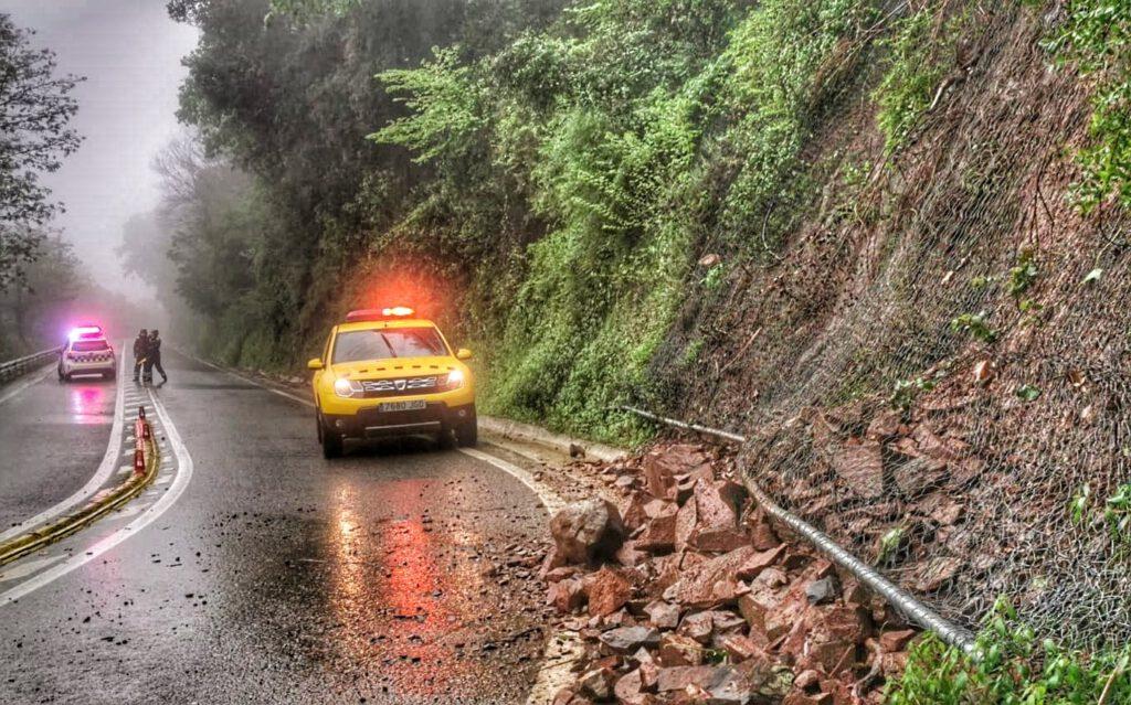 La intensa pluja provoca una esllavissada a l'Arrabassada