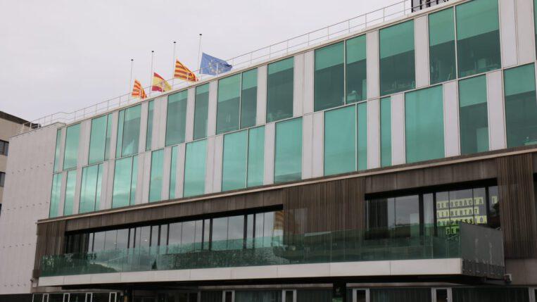 Banderes a mig pal per les víctimes mortals del coronavirus