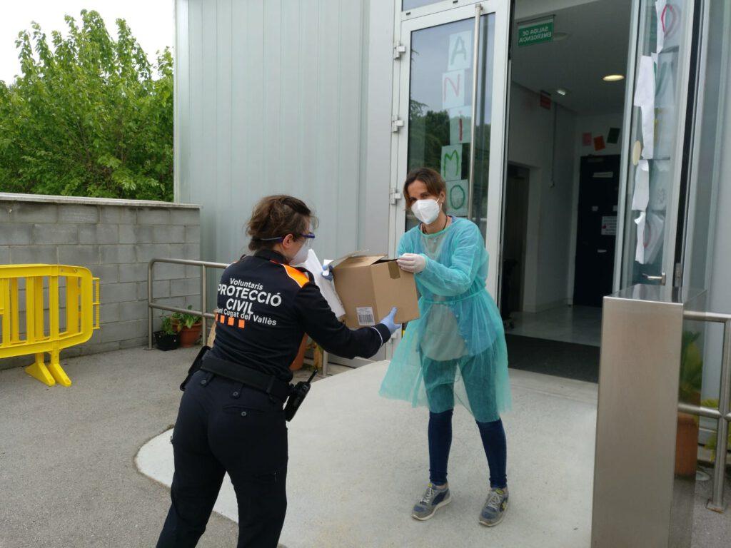Quasi 1.000 mascaretes i 3.500 guants es van entregar la setmana passada a les residències de Sant Cugat