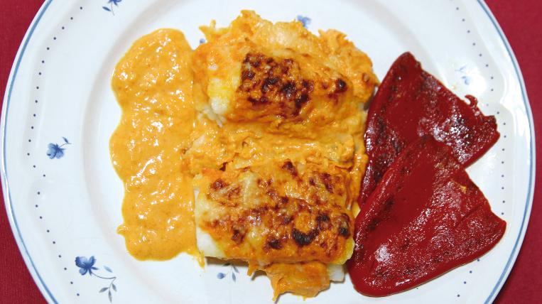 Bacallà gratinat amb salsa de porro i pebrots del piquillo