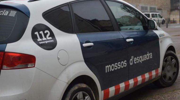 Mossos de Sant Cugat reparteixen material de seguretat a hospitals i residències